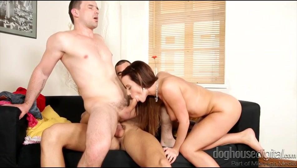 Een trio porn met twee bisex kerels tussen het wippen verder van het grietje zuigt zijn gozer zijn stijve penis en laat hij zichzelf vervolgens anal vrijen.
