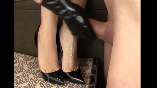 zij trekt aan die buitengewone snikkel tot dat een volledige vracht sperma over haar sensueel voetjes in hoge hakken.