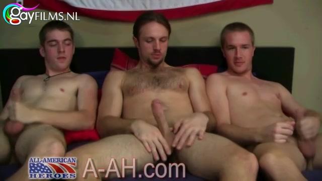 De homo kerels worden steeds geiler op elkaar en steeds losser.  ze gaan van naast elkaar afmoppen naar elkaars stijve eikel pijpen.