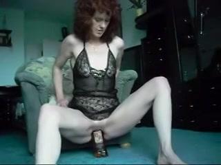 kijk hoe deze hitsige huismoeder mastubeerd met een enorme fles