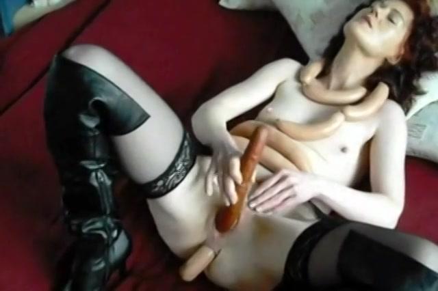 De hitsige huismoeder in zwoel lingerie,  mastubeerd haar poesje en kontgat met worst en geeft zichzelf een dubbel neukbeurt.