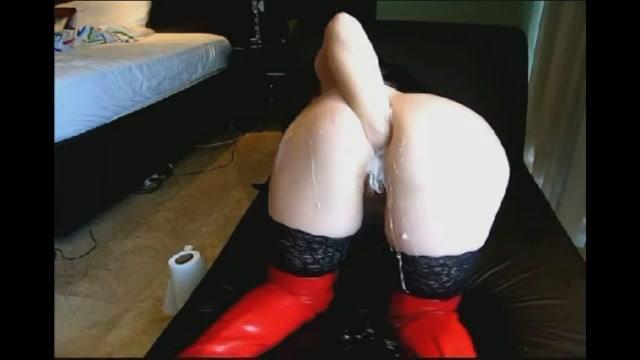 In haar latex kleding vuist penetreert zij haar kont totdat dat glijmiddel er uit spat.