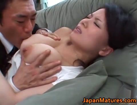 kijk hem afzuigen aan de fatsige nippels en kleffe hol van de aziatische mama