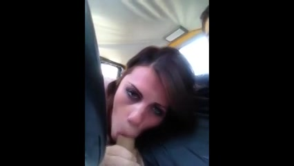pijpend aan zijn stevige penis kijkt zij in de filmcamera