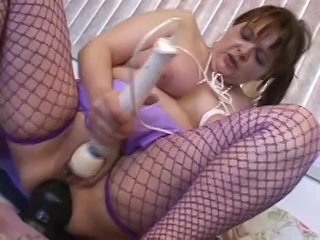 met zuignappen op haar nippels mastubeerd zij haar anusje en neukertje