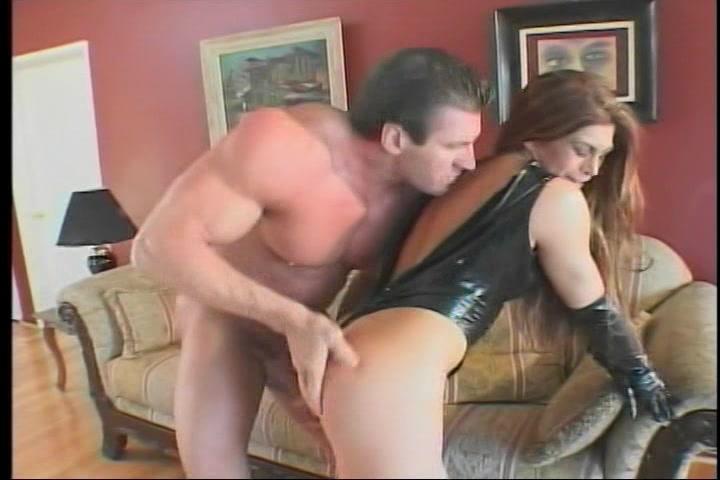 Ze likt zijn tenen waarna hij haar pruim en anusje likt zijn flinke penis laat likken en haar gewelddadig en diep anal en vaginaal neukt totdat hij in haar klaar komt.
