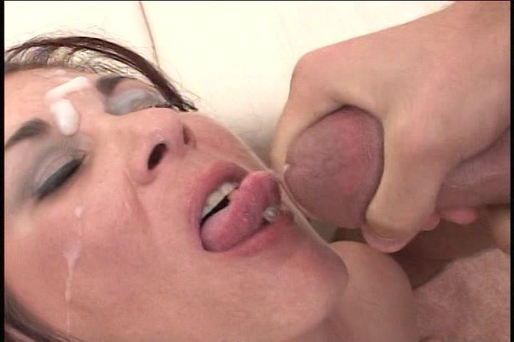 de dikke onschuldige prostituee in erotisch lingerie pijpt zijn giga snikkel en laat zichzelf pompen tot hij klaar komt en haar gezicht vol cum spuit.