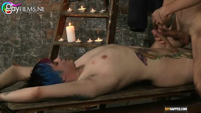 Zo heet kan gay bondage zijn.  de dominant weet de juiste balans te pakken in pijn en seksueel genot.  bijzonder is dat de dominant anaal geketst word.  hij berijd zijn slaaf met zijn billen.