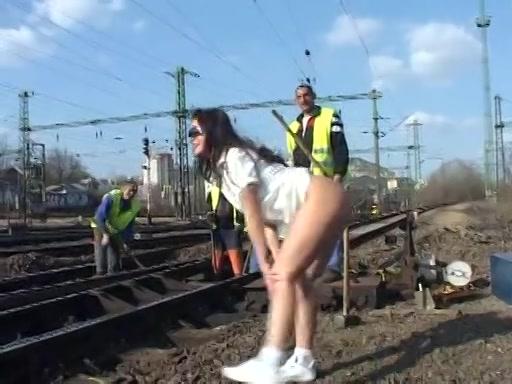 zonder stringetje onder haar korte avondjurkje flashed dat bondage meiske haar naakte kut bij spoorwegwerkers.