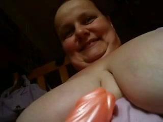 Deze gezette huismoeder met giga hang jetsers mastubeerd haar mollige spleet met een massagestaaf te gelijkertijd zij filmt.