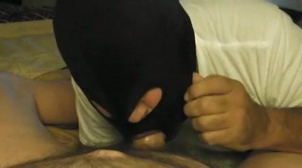homo met bivakmuts pijpt aan gigantische penus