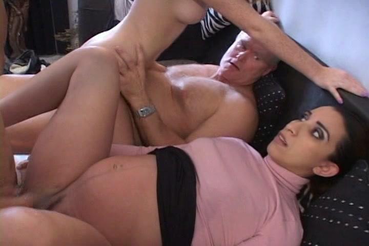 verast door zijn in verwachting echtgenote tijdens een orgy in de huiskamer,  boos het zei niet is uitgenodigd.  maar neuk zalig mee!