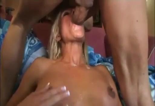 blonde vrouw steekt haar neukgaatjes in de lucht om een jongen te lokken.  zei begint haar gaatje te clitsjoelen en haar feromonen de lucht in te slingeren.  zijn gigantische lul moet in haar vagina.