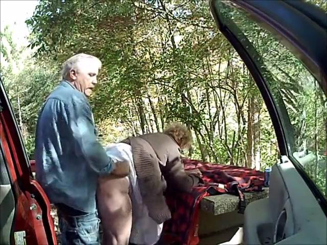 hij laat de bejaarde wijf afzuigen en naait haar