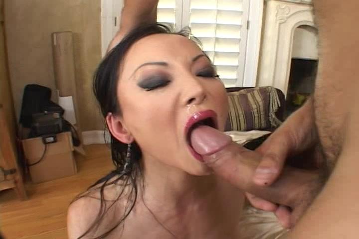 Trekkend aan zijn fatsige jongeheer spuit hij het opende staande bekkie van de aziatische vrouw vol sperma.