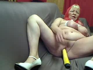 hoerige opoe met giga hang voorgevel mastubeerd haar kale vochtige bejaarde spleet met een sextoy tot dat ze een toppunt krijgt.