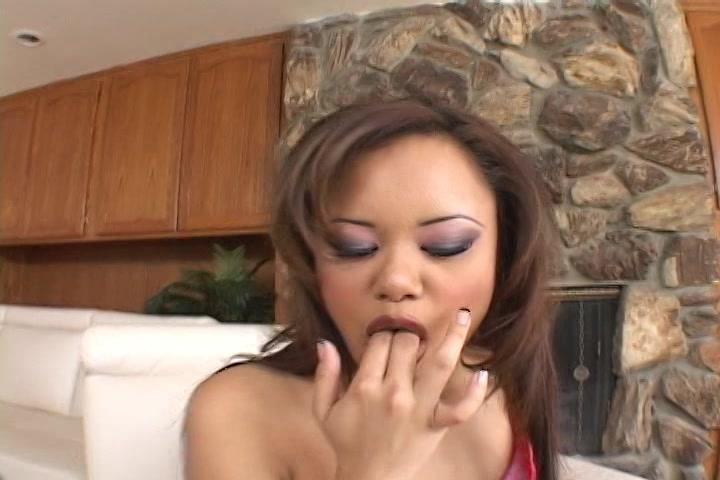 Tijdens dat pruimduimen van haar kale vulva likt de aziatische slet dat pruim hitsig van haar handen en masturbeert zichzelf ook anal.