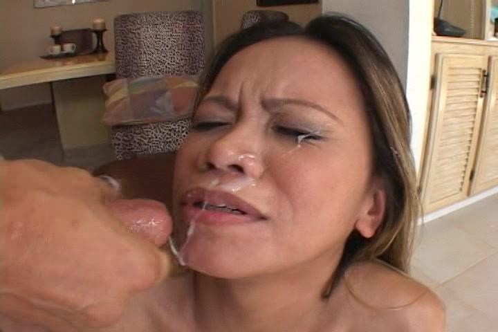 Na het anal wippen spat de sperma uit zijn stijve jongeheer op haar opgewonden snoet.