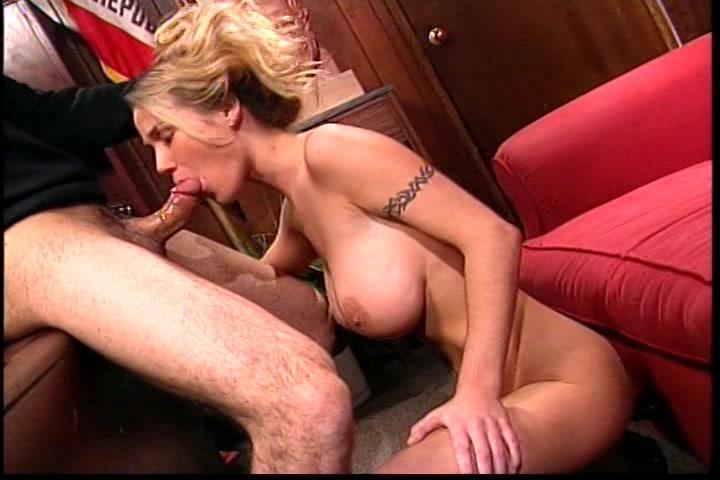 Hij beft en masturbeert de hete administratieve hulp anal,  laat zijn harde lul pijpen en wipt haar pruim en poepgat totdat hij klaar komt en haar vol sperma spuit.