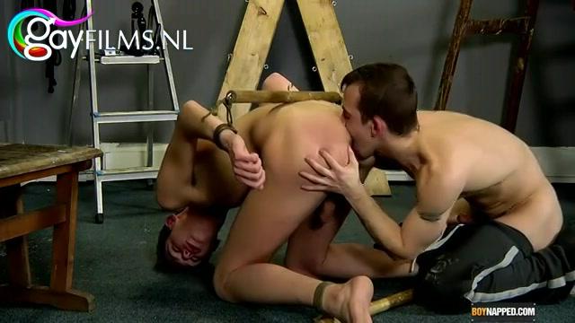 Aan vingers en voeten gebundeld,  word zijn kontgaatje gebeft gemastubeerd met een butplug en met ruige stoten anal gepakt.