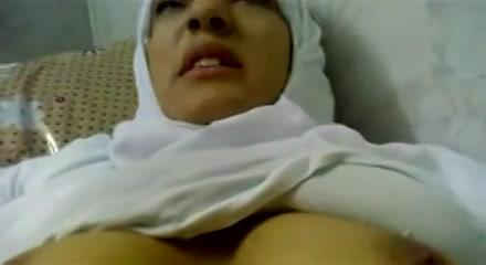 moslima opgenomen tijdens dat sexen zijn sterke eikel naait haar kleffe hol tot hij klaar komt en haar buik vol sperma spuit.