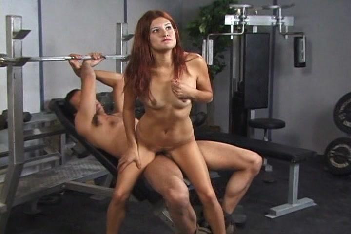 Zei pakt de stijve eikel vast en zuigt waarna de hitsige dame hem naait en zich verder hem laat wippen tot dat hij klaar komt en de sperma op haar bek laat zaadspuiten.