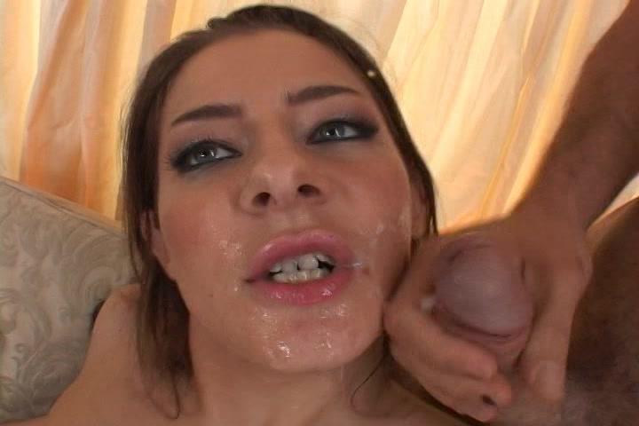 twee stijve penissen spuiten haar smoelwerk vol cum