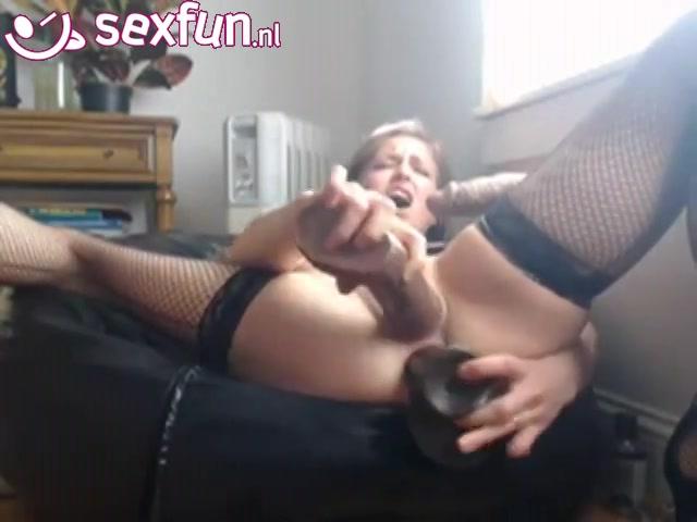 Een hitsige camera chick heeft seks genot met 2 imitatie snikkels.  een dikke getinte sexspeeltje in haar poepgaatje en de andere ramt zij in haar hitsige kut voor een dubbele-penetratie.