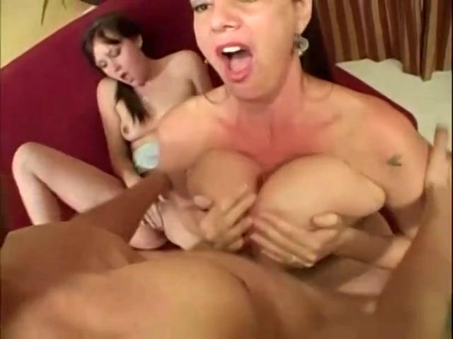 een wulps dochter en moeder komen tegelijkertijd sex doen.  naast ieder ander vingeren mama en dochter hun pruim.  de sleten  in een trio beiden geketst door gelijk jongeheer.