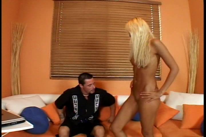het opgewonden blondje geeft een striptease en laat haar naakte lichaam aanraken zij heeft wel zin in een gezette snikkel.