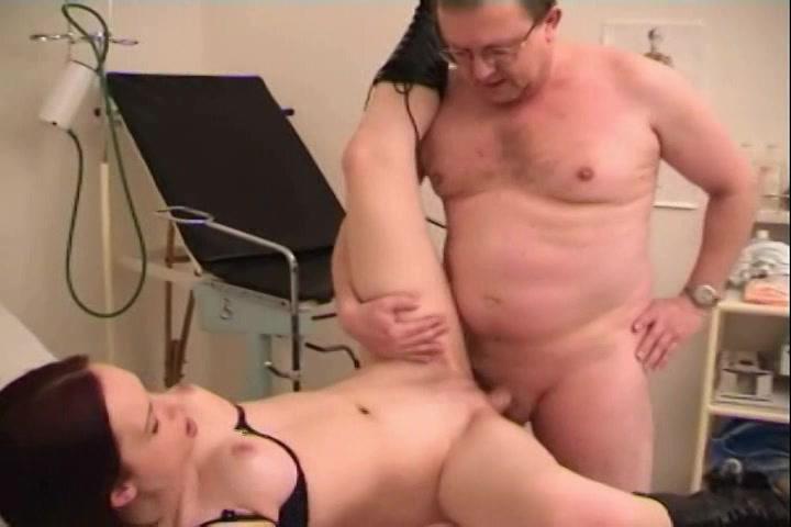 Zij pijpt de doctor,  likt zijn sterretje laat haar clitoris in herhaaldelijke neukstandjes seksen en haar bekkie vol teelvocht spuiten verder de 18+ kerel.