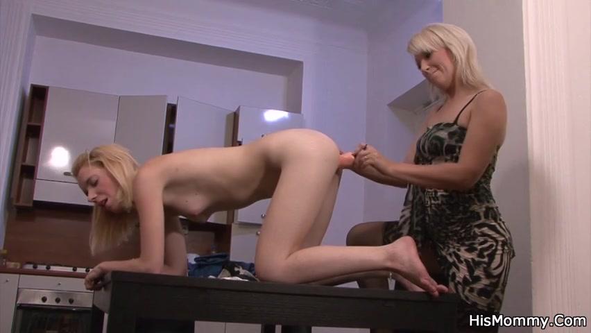 Twee biseksueel meiden worden ondertussen zij elkaars kut met een kunstlul masturberen en kutlikken betrapt verder de gozer van een van hun.