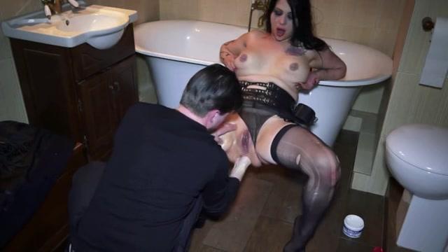Hij mastubeerd haar gleuf en koppie met een kunst lul vuist penetreert haar bil en laat zichzelf pijpen en penetreert haar muil die hij vol cum spuit.