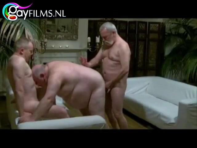 Deze oudere ondeugende gozers zuigen en berijden anal in deze trio porno.