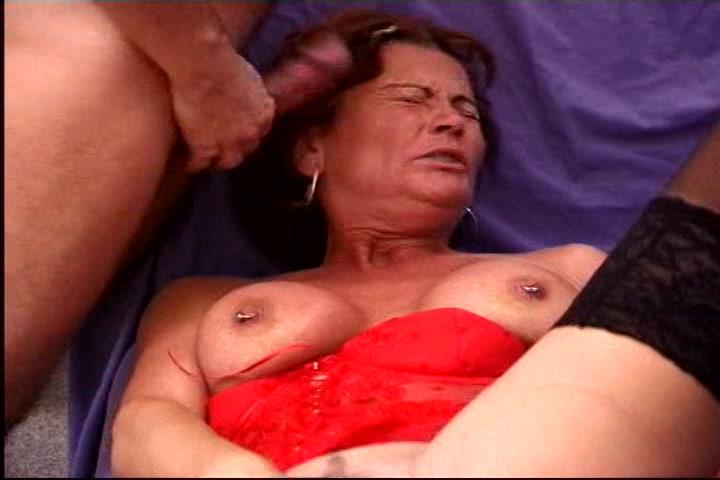 de geile mama in deze orgie sex met twee onrijpe heren begint met mastuberen laat haar muil soppen waarna de een haar paalt ondertussen ze de ander pijpt.