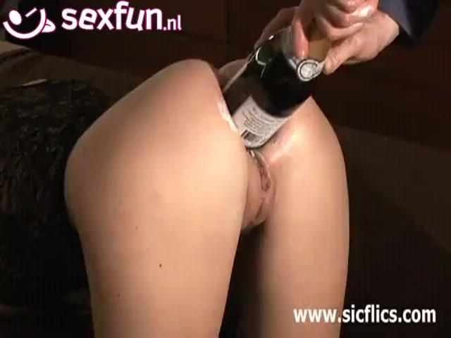 haar anus word gewipt met een fatsige fles