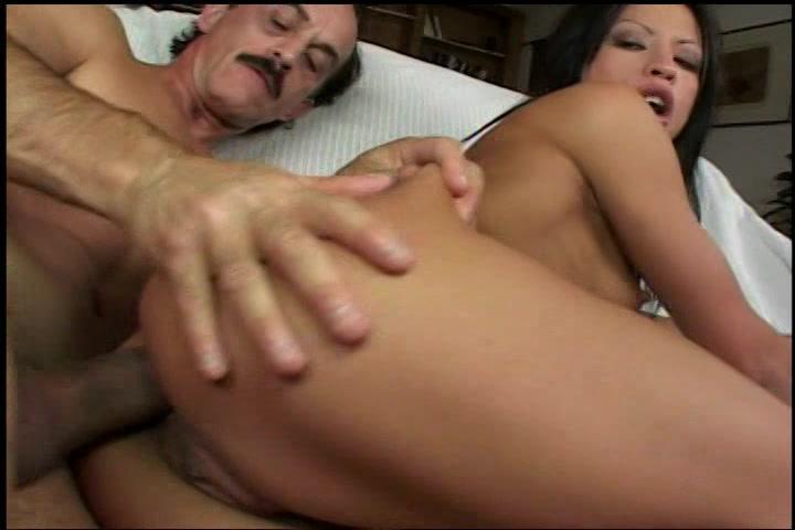Ze laat de oma gozer haar aflikken en haar grotje anus en bekkie kezen tot hij klaar komt in haar smoeltje.
