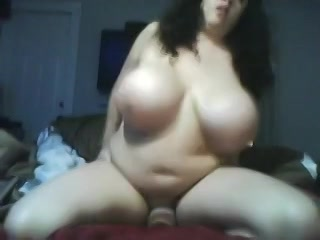 Voluptueuze vrouw met gigantische toeters is aan dat spelen met haar wellustig lichaam op de cam.