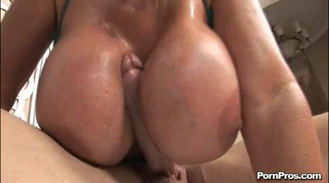 Zijn volle lul verdwijnt bijna totaal tussen haar enorme bloemkolen.  alsof haar dikke voorgevel hem neuken.  toch ook maar even dat vaginatje nemen.
