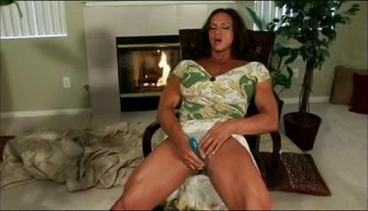 Mastuberend met de seksspeeltje ontvangst ze een hoogtepunt en streelt zei haar fatsige kittelaar.