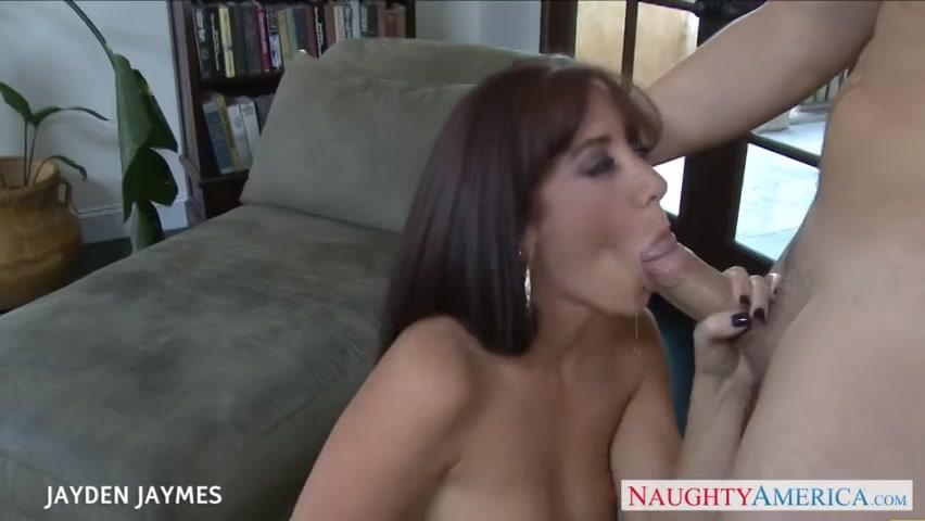 zijn hitsige buur vrouw zuigt zijn stevige penis en laat zichzelf door haar berijden