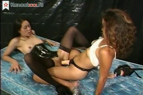 twee Aziatische lesbienne dames beffe elkaars pruim en kezen met een flinke voorbind kunstlul.