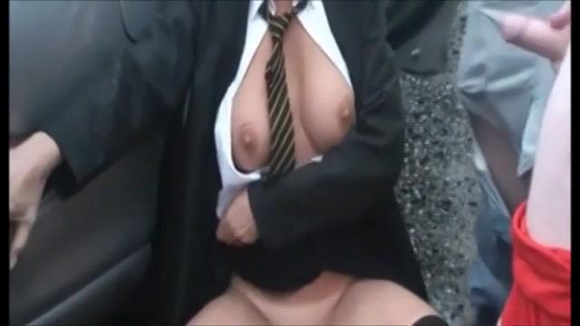 Deze amateur sloerie laat zichzelf nemen verder een groep mannen op een parkeerplaats.  als een sletterige meid speelt zei de lellebel en laat zich door iedereen sexen.