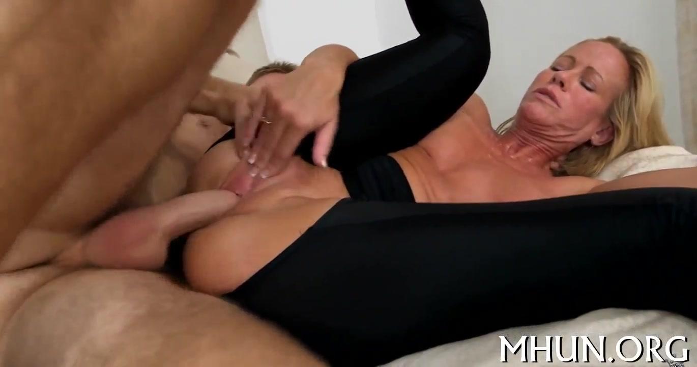 deze sletterige dame vraagt de filmcamera meneer om een trio porn te doen