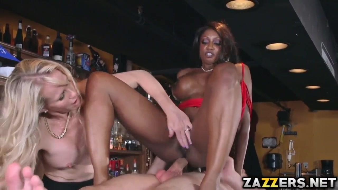 de getinte zuigt en word anal gepenetreerd waarna het blondje een beurt ontvangst