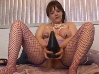kinky vrouwtje slurpt fatsige anaalplug op in haar achterste