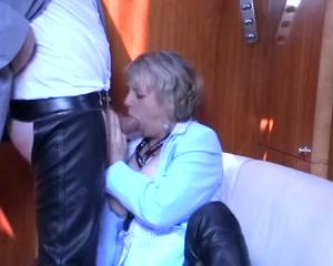 kijk hoe deze opgewonden huismoeder zijn enorme piemel een pijp beurt geeft,  tot hij sperma spuit in haar smikkel.