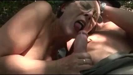 hij masturbeert laat zichzelf zuigen naait en spuit haar smoelwerk vol cum