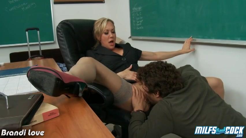 een jongensdroom komt uit nu deze student dat gespanne vagina van de juf begint te kutlikken.  zijn knal harde piemel verrukkelijk gezogen verder die hoerige milf.  hij naait haar