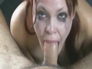 Tijdens dat likken van zijn flinke enorme lid schieten de tranen in haar ogen en krijgt zij haar gelaat vol sperma.